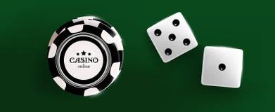 Odgórny widok Kasynowi czarny i biały układy scaleni i kostka do gry sześciany na zielonym biurka tle Online kasynowa układ scalo ilustracji
