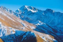 odgórny widok Kaukascy góra szczyty w słonecznym dniu Zdjęcie Royalty Free