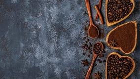 Odgórny widok kawowe fasole, zmielona kawa i pikantność, Obraz Royalty Free