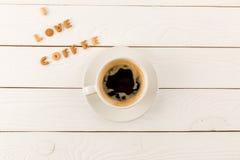 Odgórny widok kawowego kubka kontrpara i Ja kochamy kawowego literowanie Obraz Royalty Free