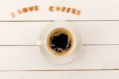 Odgórny widok kawowego kubka kontrpara i Ja kochamy kawowego literowanie Zdjęcie Stock