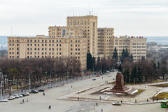 Odgórny widok Kharkiv Krajowy uniwersytet i Lenin monume fotografia stock
