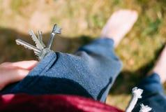 Odgórny widok kieszeń w spodniach od których spada wiązka klucze dom Strata klucze należni zaniedbywanie zdjęcie royalty free