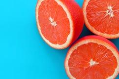 Odgórny widok kilka grapefruitowi plasterki na jaskrawym tle w błękitnym kolorze Naszły cytrus tekstury wizerunek zdjęcie royalty free