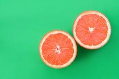 Odgórny widok kilka grapefruitowi plasterki na jaskrawym tle w zielonym kolorze Naszły cytrus tekstury wizerunek zdjęcie royalty free