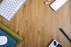 Odgórny widok klawiatura, mysz, grafiki pastylka, koloru notatnik, hełmofony i smartphone z pustym pustym ekranem na tle, fotografia royalty free