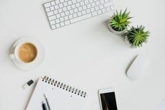 Odgórny widok klawiatura z biurowymi dostawami i smartphone na stołowym wierzchołku Obrazy Royalty Free