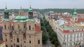 Odgórny widok kościół święty Nicholas i malownicza ulica w Praga od Stary zegarowy wierza zbiory wideo