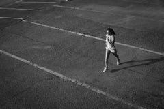 Odgórny widok kobieta bieg na miastowym asfalcie fotografia royalty free
