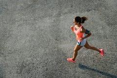 Odgórny widok kobieta bieg na miastowym asfalcie zdjęcia royalty free
