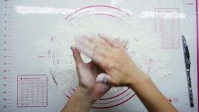 Odgórny widok: kobieta wręcza kulinarnych wyśmienicie cheesecakes, formy od ciasta, chałupa ser i mąkę, zdjęcie wideo