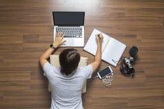 Odgórny widok kobiety kłama pracującego laptop Zdjęcia Royalty Free
