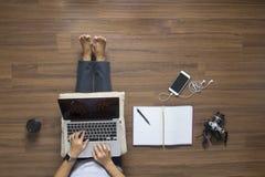 Odgórny widok kobiety pracuje laptop Obraz Royalty Free