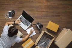 Odgórny widok kobiety pracuje laptop Zdjęcie Royalty Free
