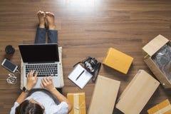 Odgórny widok kobiety pracuje laptop Obrazy Stock