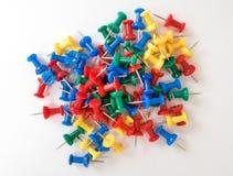 Odgórny widok kolorowe plastikowe pchnięcie szpilki na białego papieru tle obrazy stock