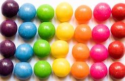 Odgórny widok kolorowi cukierki na białym tle obraz royalty free