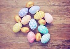 Odgórny widok kolorowi Easter jajka na drewnianym tle Obrazy Royalty Free