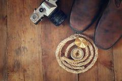 Odgórny widok kompas, arkana, wycieczkujący buty i starą kamerę Zdjęcie Royalty Free