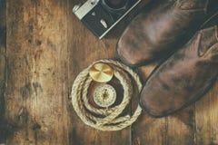 Odgórny widok kompas, arkana, wycieczkujący buty i starą kamerę Obraz Stock