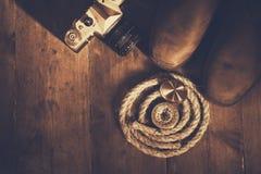 Odgórny widok kompas, arkana, wycieczkujący buty i starą kamerę Fotografia Royalty Free