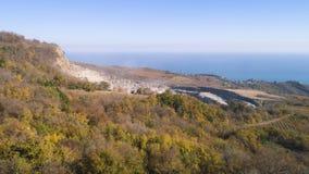 Odgórny widok kopalnictwo w jesieni strzał Łup dla minować kopię w górach na tle jesień las i daleki morze zdjęcie stock