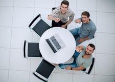 Odgórny widok kreatywnie drużyna wskazuje palce przy tobą zdjęcie stock