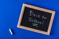 odgórny widok kreda i blackboard z pisać list z powrotem szkoła na błękicie zdjęcia royalty free