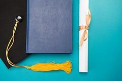 Odgórny widok książka, skalowanie nakrętka i dyplom na błękicie, Zdjęcia Stock