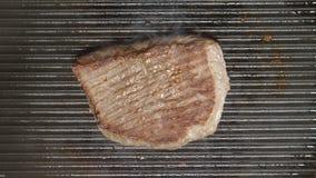 ODGÓRNY widok: Kucbarscy zboczenowie wołowina stek na grillu zdjęcie wideo