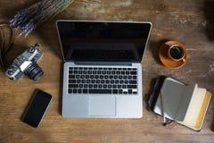 Odgórny widok laptop, dzienniczek, rocznik fotografii kamera i filiżanka kawy, Fotografia Royalty Free