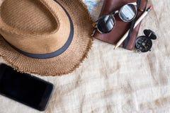 Odgórny widok lata brązu Panama słomiany kapelusz, wisząca ozdoba, okulary przeciwsłoneczni, notatka Zdjęcie Stock