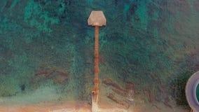 Odgórny widok lot nad molem z turystami, antena strzał Montenegro zdjęcie wideo