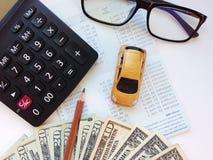 """Odgórny widok lub mieszkanie nieatutowi miniaturowy samochodu model, AmerykaÅ""""scy dolary spieniężamy pieniÄ…dze, kalkulatora i zdjęcie stock"""