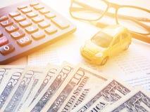 Odgórny widok lub mieszkanie nieatutowi miniaturowy samochodu model, Amerykańscy dolary spieniężamy pieniądze, obrachunkową książ obraz stock