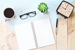 Odgórny widok lub mieszkanie nieatutowi otwarty notatnika papier, akcesoria, drewno liczba 2018 i filiżanka na drewnianym tle, Fotografia Stock