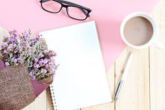 Odgórny widok lub mieszkanie nieatutowi otwarty notatnika papier, bukiet wysuszeni dzicy kwiaty i filiżanka na biurko stole, Obraz Royalty Free