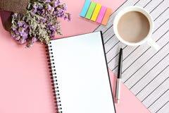 Odgórny widok lub mieszkanie nieatutowi otwarty notatnika papier, bukiet wysuszeni dzicy kwiaty i filiżanka na biurko stole, Obrazy Stock