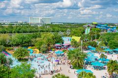Odgórny widok ludzie cieszy się plaże, baseny i wod przyciągania, przy Aquatica i Hilton hotelem w zawody międzynarodowi Jedziemy zdjęcia royalty free