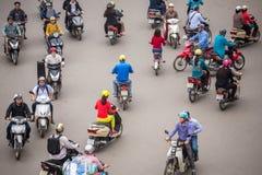 Odgórny widok ludzie i ruch drogowy w Hoan Kiem okręgu Obrazy Stock
