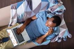 Odgórny widok mądrze mężczyzna pracuje w domu zdjęcie stock