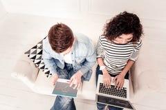 Odgórny widok mądrze młodzi ludzie siedzi na kanapie obrazy royalty free