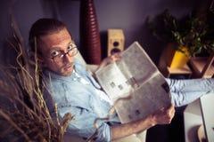 Odgórny widok mężczyzna obsiadanie w krześle z gazetą Zdjęcie Royalty Free