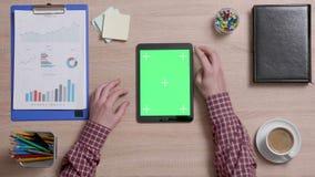 Odgórny widok męskie ręki scrolling na prawej krawędzi zielenieje ekran na czarnej pastylce zdjęcie wideo