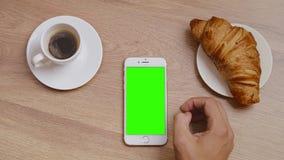 Odgórny widok męskiej ręki czytelniczy newsline na smartphone zbiory