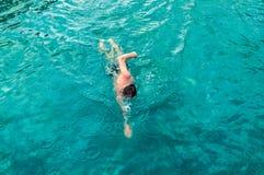 Odgórny widok młody Kaukaski mężczyzna pływa frontowego kraul w pływackim basenie obraz royalty free