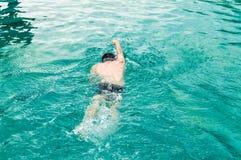 Odgórny widok młody Kaukaski mężczyzna pływa frontowego kraul w pływackim basenie zdjęcia royalty free