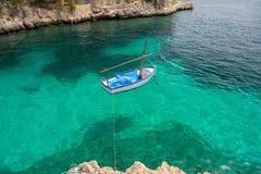 Odgórny widok mała łódka na krysztale - jasny morze Zdjęcie Stock