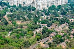 Odgórny widok mała wioska od wierzchołka wzgórza z greenery drzewami obrazy stock