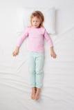 Odgórny widok małej dziewczynki dosypianie w żołnierz pozie Obraz Royalty Free